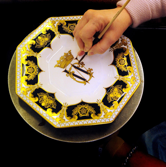 william kate wedding plate. Palace lifts Kate Middleton